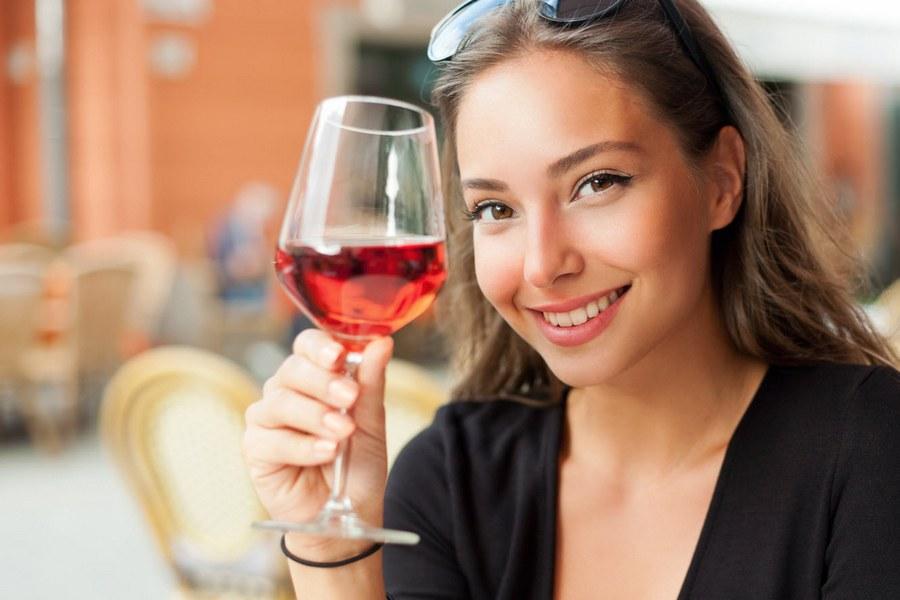 Женщина стала звездой, променяв парня на вино