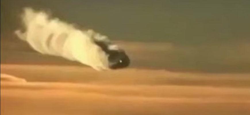 Пассажир самолета снял на телефон НЛО в небе над Мексикой Видео, на котором в небе над Мексикой запечатлен неопознанный летающий объект, смог снять пассажир самолета. Свои комментарии по этому поводу, среди прочих, дали известный тайваньский уфолог Скотт Уоринг. По его словам, подобному может быть дано только два объяснение: падающий метеорит и собственно НЛО. Что касается метеорита, то эта версия представляется крайне маловероятной, поскольку скорость неизвестного объекта слишком мала для такого случая. Поэтому остается только версия, что действительно на видео был зафиксирован самый настоящий НЛО. Причем, на кадрах ему даже удалось разглядеть сразу два объекта, летящих друг над другом и пытающихся замаскироваться в облаке. По мнению Уоринга НЛО двигался в сторону расположенных рядом с Мексикой вулканов. А ведь именно эта местность, на которой и ранее фиксировалась разного рода аномальная активность, уфологами оценивается как база пришельцев. По их мнению, там на глубине нескольких километров представители внеземных цивилизаций и решают дела, касательно нашей планеты. С Уорингом соглашаются и другие эксперты в этой области, да и обычные пользователи Сети активно обсуждают произошедшее. Как бы то ни было, все сошли в одном – подобный след никакой земной самолет оставить не мог.
