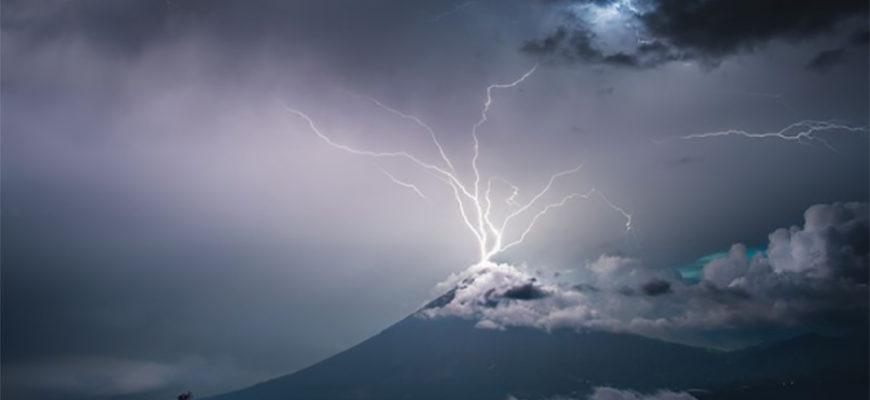 Фотограф из Гватемалы сделал уникальный снимок молнии, ударившей в верхушку вулкана