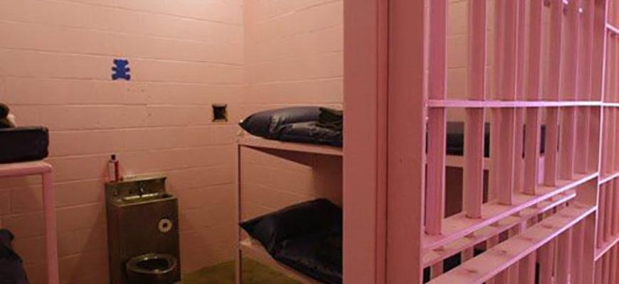 В швейцарских тюрьмах камеры стали красить в розовый цвет и это переняли и другие страны