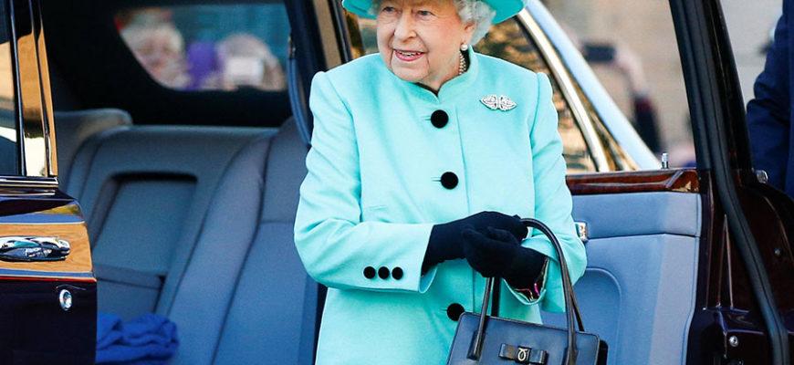 Королевский биограф рассказала о содержимом сумочки королевы Великобритании Елизаветы II