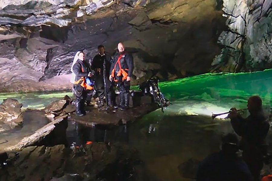Влюбленные дайверы сыграли самую большую подводную свадьбу