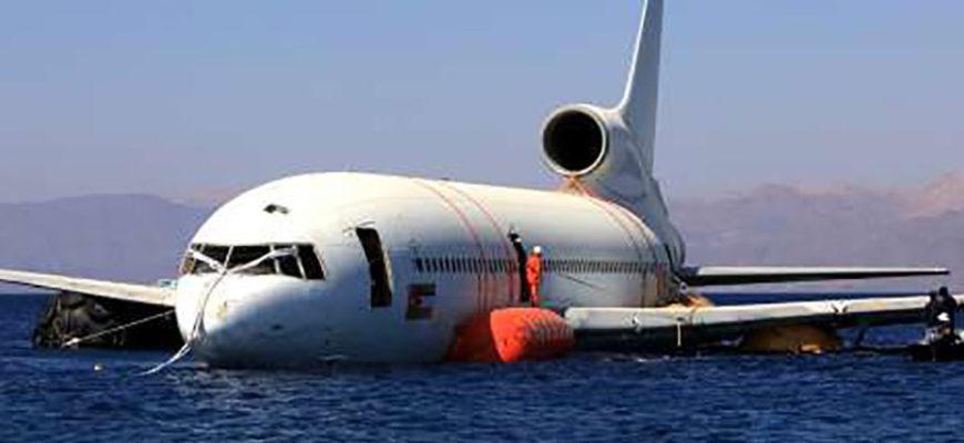 В Иордании для привлечения дайверов на дно моря погрузили авиалайнер