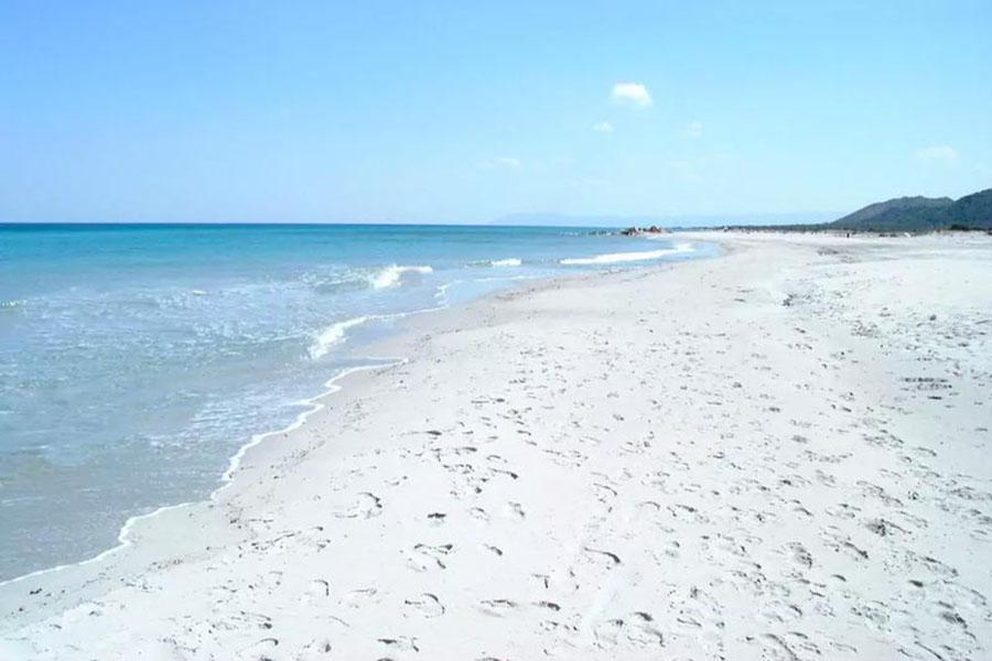 Туристы хотели увезти песок с пляжа и теперь им грозит тюрьма