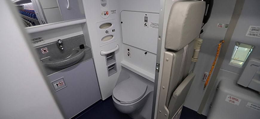 Мужчина установил скрытую камеру в туалете самолета и следил за пассажирами бизнес-класса