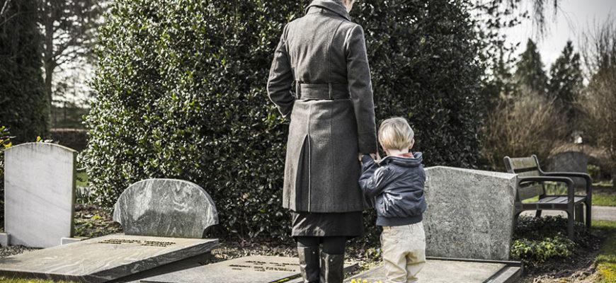 Родителей оштрафовали из-за того, что они взяли сына на похороны бабушки