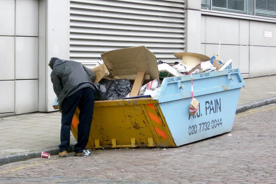 Ради двух билетов на концерт мужчина перерыл тонны мусора