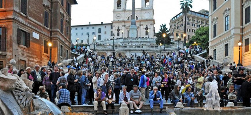 Туристам в Риме теперь нельзя сидеть на ступеньках Испанской лестницы