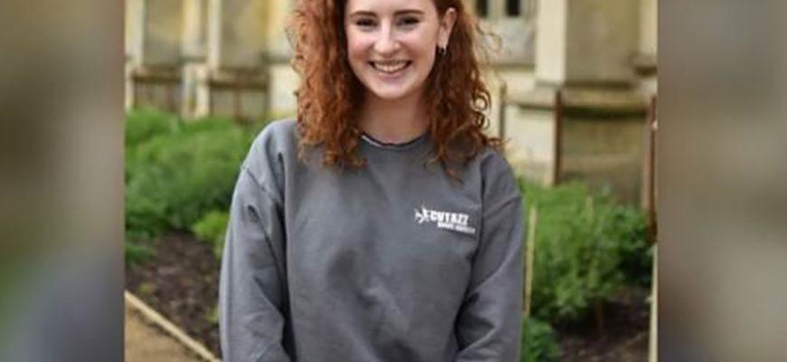 Британская студентка в панике выломала дверь летящего самолета и погибла