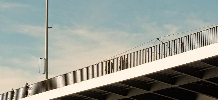 Эмоциональный поцелуй на мосту погубил влюбленных