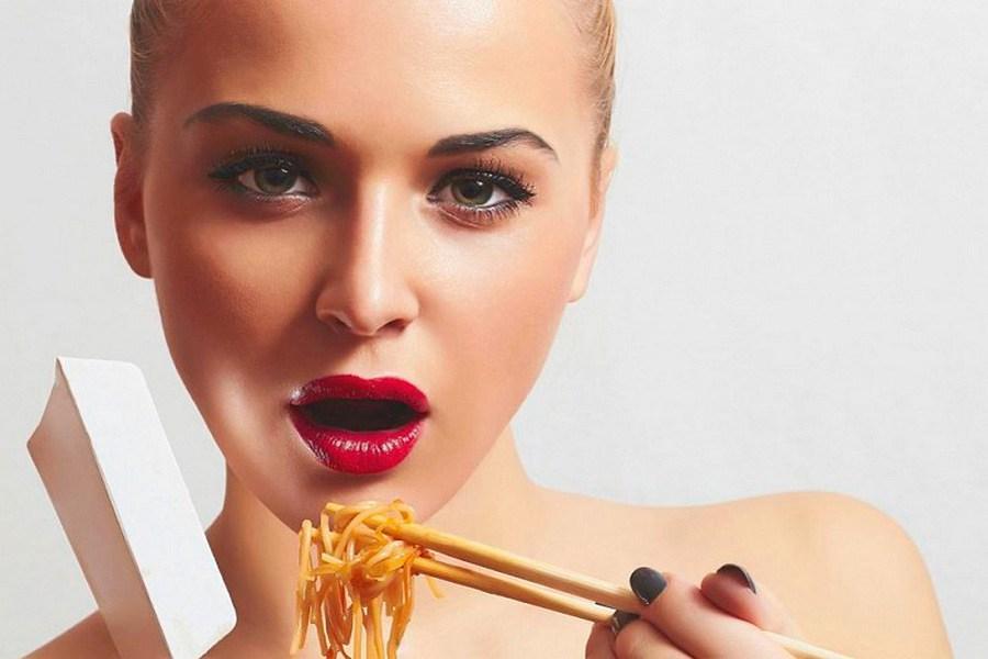 девушка ест макароны
