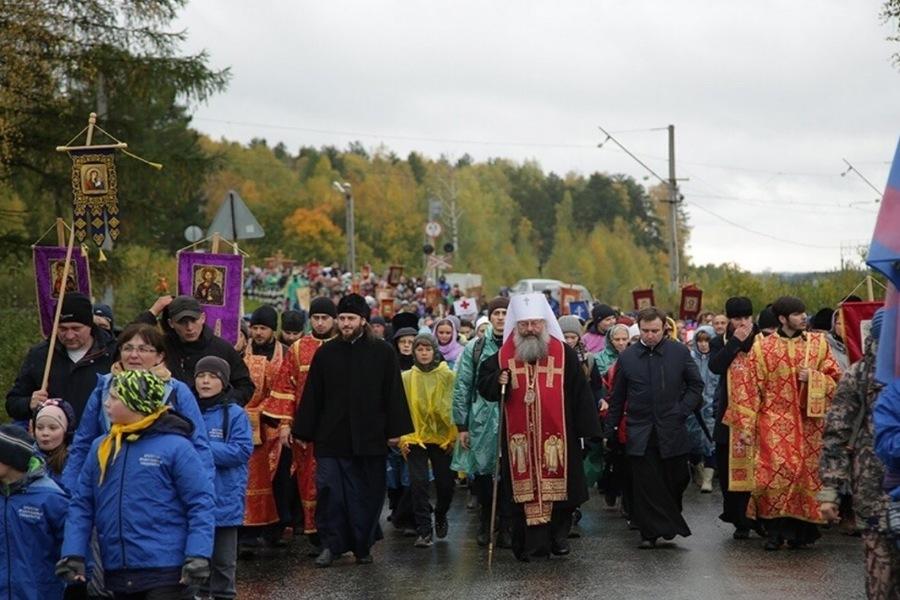 Школьники Екатеринбурга прошли 8 километров, чтобы помолиться о хороших оценках