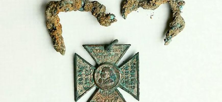 Английская семья нашла в купленном доме тайник со старинными вещами