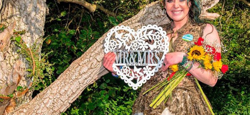 Жительница Великобритании вышла замуж за дерево и намеревается взять его фамилию