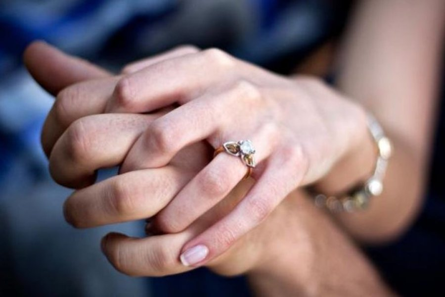 Девушка проглотила кольцо с бриллиантом из-за страха ограбления