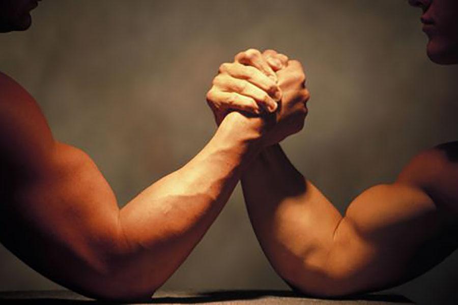 Парень померился с другом силой и получил осколочный перелом руки