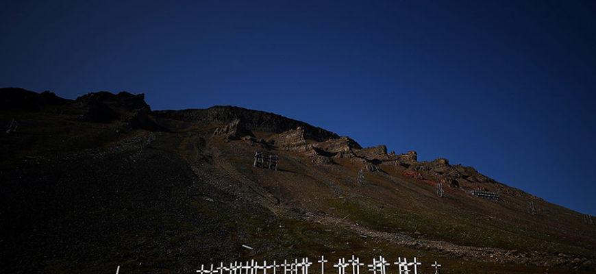 На Шпицбергене из-за таяния вечной мерзлоты обнажаются могилы