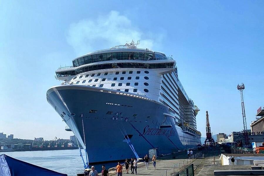 В порт Владивостока зашел самый крупный лайнер в истории РФ