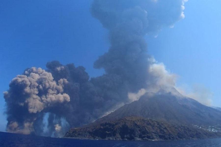 Новое извержение вулкана Стромболи в Италии перепугало туристов