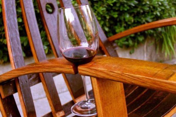 Держатель для бокала в садовом кресле