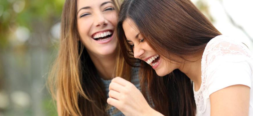 Миру известна пословица: «Смех без причины – признак дурачины». Однако не стоит воспринимать все совсем буквально. Чаще всего смех говорит о хорошем настроении, о том, что человек заряжен позитивом, настроен на ту или иную ситуацию оптимистично. Ниже приведен список того, почему еще стоит почаще смеяться.