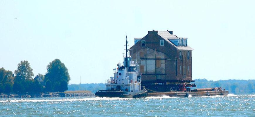 В США старинный особняк весом в 363 тонны отправили в путешествие по реке