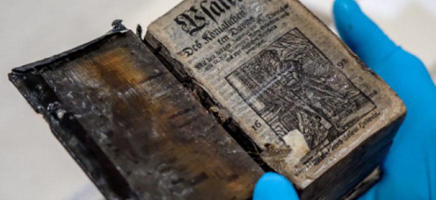 На затонувшем 300 лет назад судне обнаружили полностью сохранившуюся книгу XVII века
