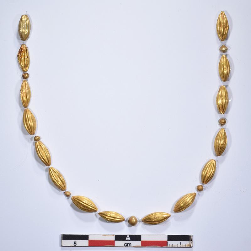 В раскопанной на Крите 4500-летней гробнице обнаружен скелет минойской женщины с золотым ожерельем и бронзовым зеркалом