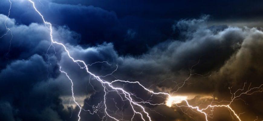 Мужчина лишился одежды и слуха после удара молнии