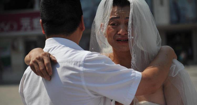 Отец китаец в свадебном платье