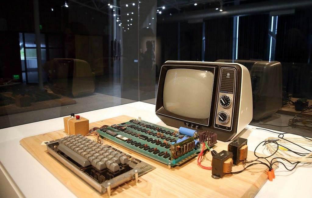 Первой компьютер Эппл