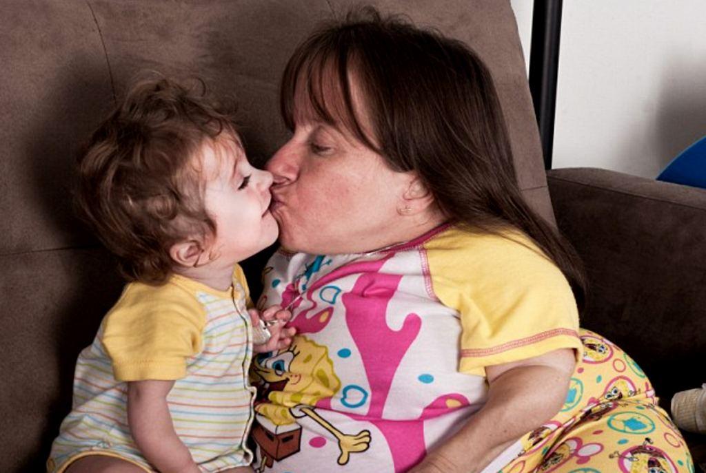 Необычная женщина с детьми