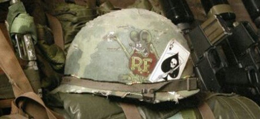 Военная каска с карточным символом