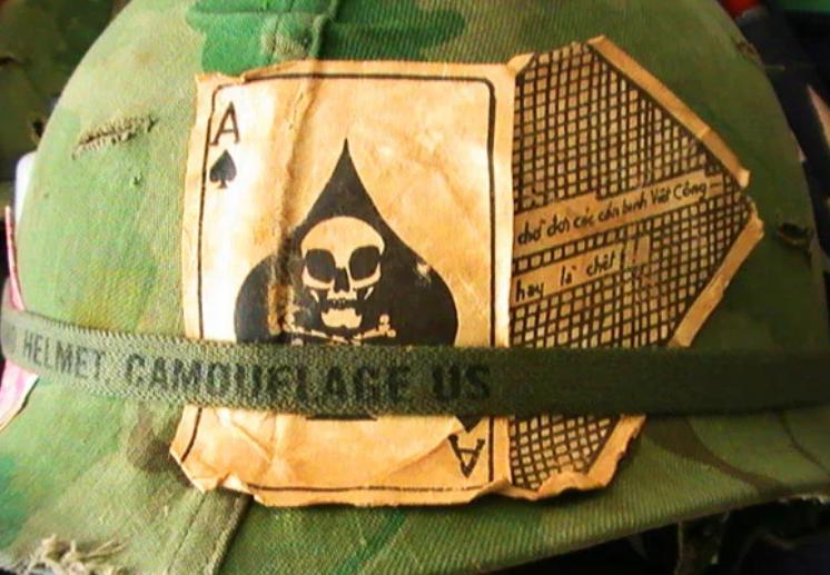 Карточный символ на каске